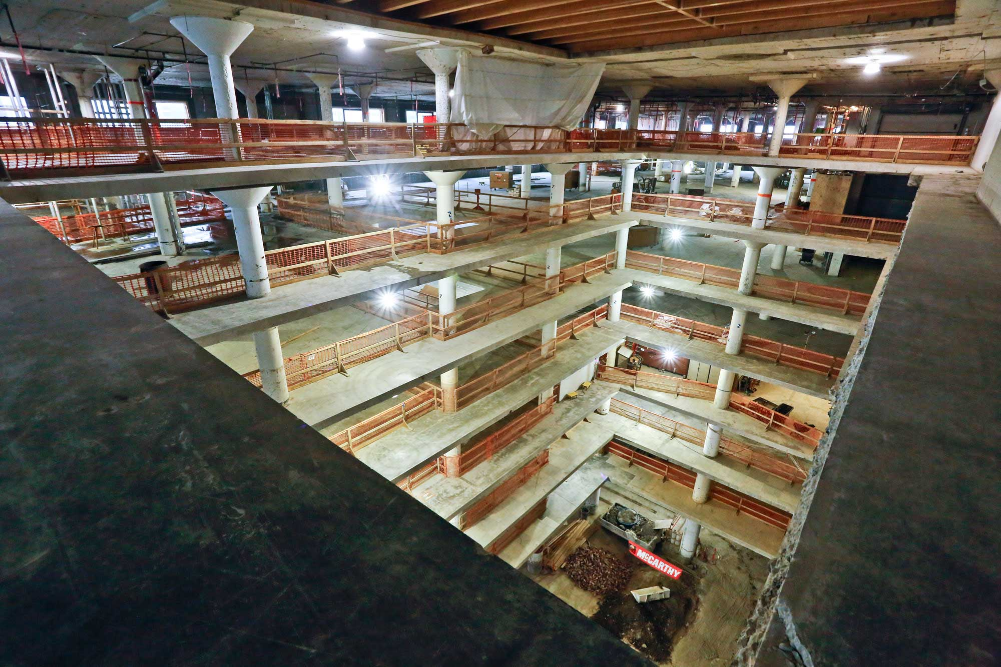 The current seismic retroffiting phase follows the demolition of the walls and the carving of the atrium.